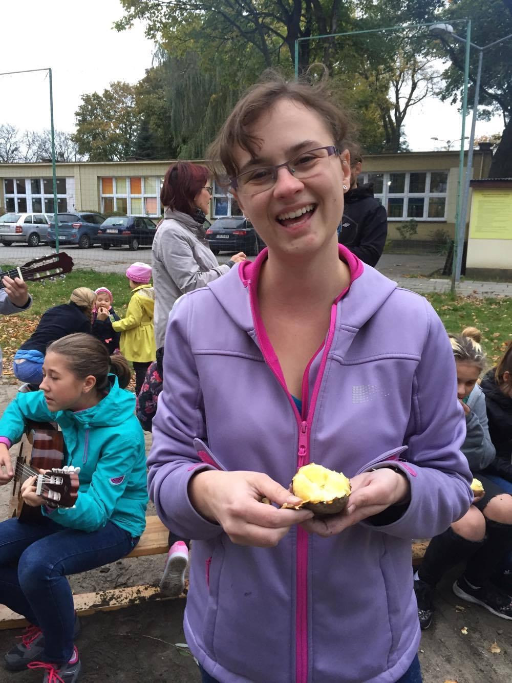 Pani Kasia uszczęśliwiona pieczonym ziemniakiem